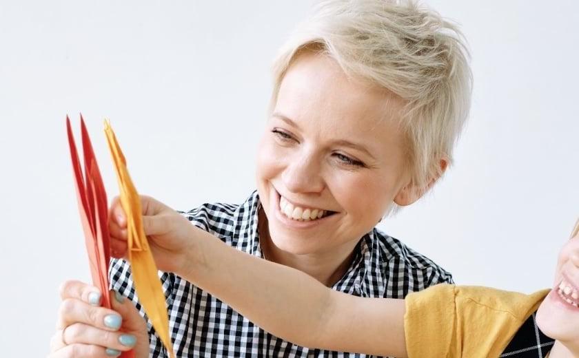 Nainen ja lapsi vertailevat eri värisiä paperiaskarteluja